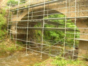 Montage d'échafaudage sous pont